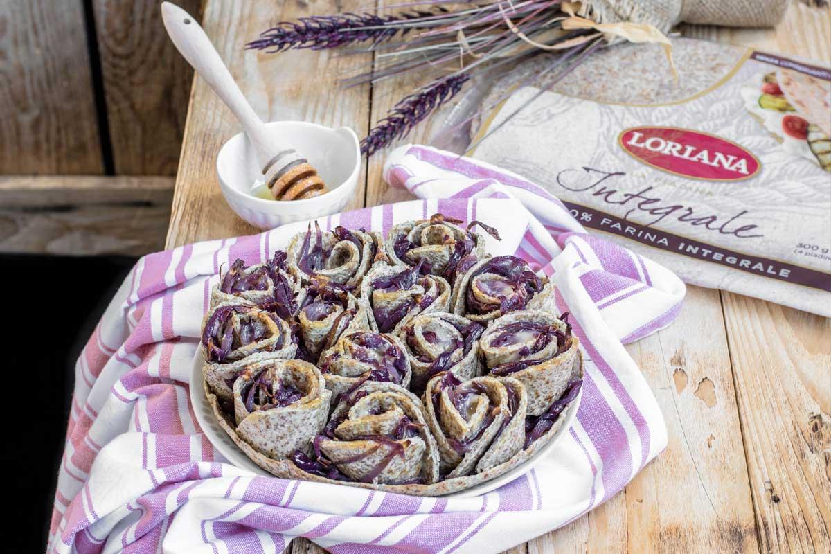 Torta di rose di Piadine Loriana con cipolla caramellata, taleggio e miele